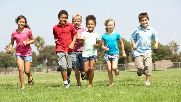 Los niños y niñas comienzan una vida sedentaria a partir de los 7 años. Es importante motivarlos a ejercitarse. (Foto Prensa Libre: ThinkQ Fitness).