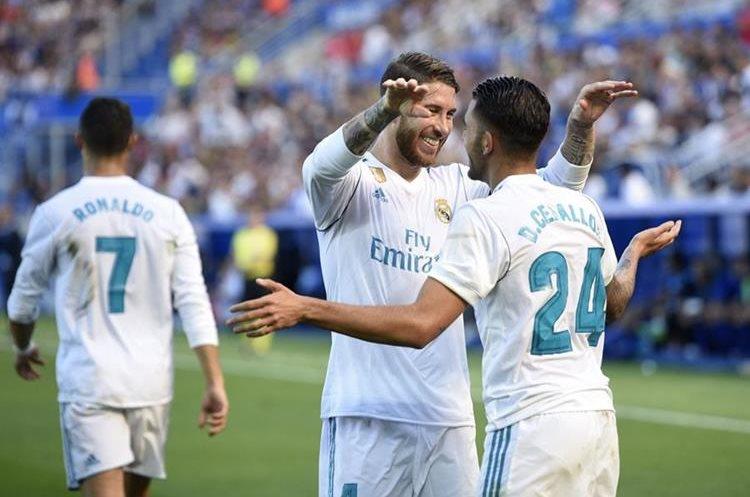 Sergio Ramos felicita a Ceballos luego de que anotara el segundo gol. (Foto Prensa Libre: AFP)