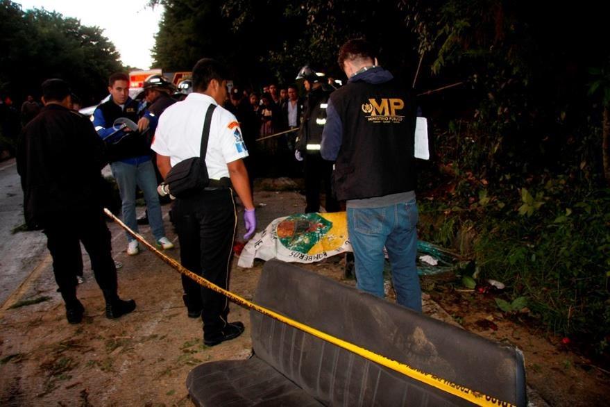 Peritos del Ministerio Público resguardan el cadáver de la víctima. (Foto Prensa Libre: Renato Melgar)