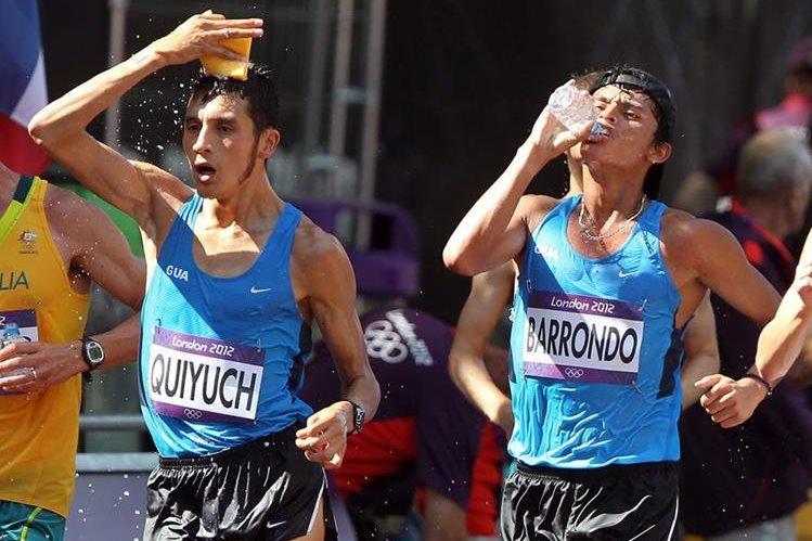 Jaime Quiyuch (izquierda) y Érick Barrondo captados durante una competencia de 50 kilómetros marcha. (Foto Prensa Libre: HemerotecaPL).