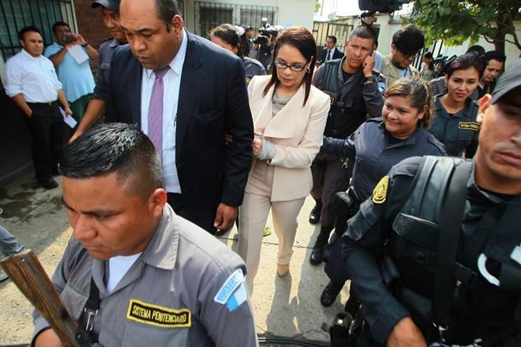 Roxana Baldetti abandona el Juzgado de Villa Nueva luego que se suspendiera la diligencia. (Foto Prensa Libre: Álvaro Interiano)