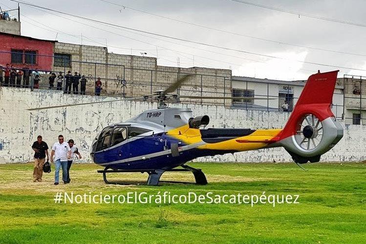 El ministro Alfonso Alonzo fue fotografiado cuando descendía del helicóptero. (Foto Prensa Libre: Noticiero el Gráfico)