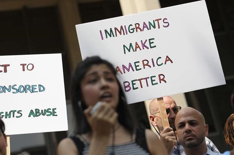 En EE. UU. también se han llevado a cabo decenas de protestas en contra de la separación de familias. (Foto Prensa Libre: AFP)