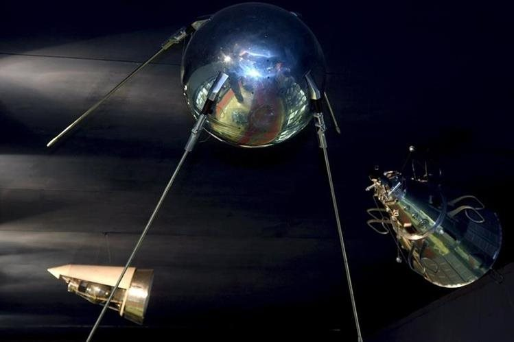 Réplica del satélite Sputnik lanzado el 4 de octubre de 1957 siendo el primero en ser lanzado al espacio. Se encuentra en el Museo de la Ciudad de las Estrellas de Moscú. (Foto: EFE)
