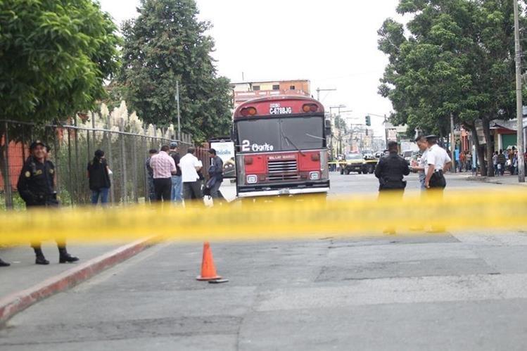 El bus de la ruta 2 quedó sobre la 10 avenida, luego que el piloto fuera atacado desde una motocicleta. (Foto Prensa Libre: Érick Ávila)