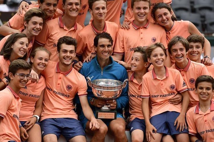 Nadal se tomó esta especial fotografía junto a los alcanzabolas del Roland Garros tras conquistar el título. (Foto Prensa Libre: EFE)
