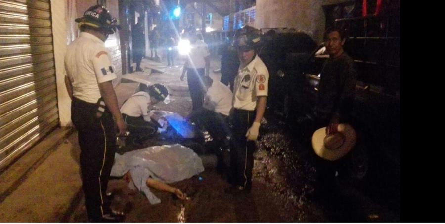 Socorristas junto a los cuerpos de las personas que fueron ultimadas en Boca del Monte. (Foto Prensa Libre: CDBV)