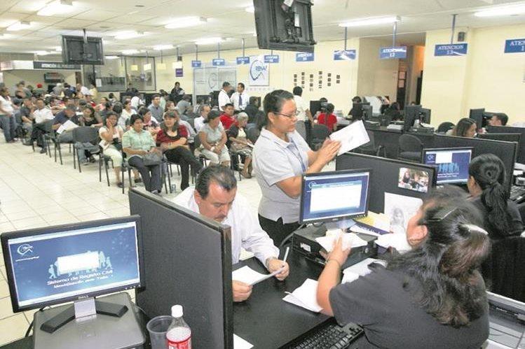 Ciudadanos aún esperan desde hace varios meses la entre del DPI. Las autoridades del Renap deberán entregar 200 mil documentos. (Foto Prensa Libre: Hemeroteca PL)