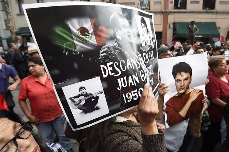 Segudores muestran imágenes para recordar a Juan Gabriel (AFP).