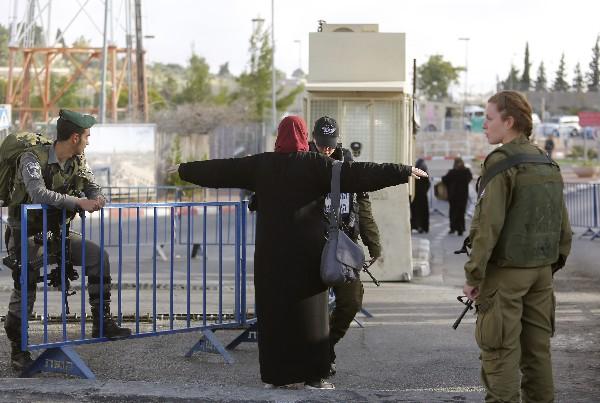Una palestina pasa un control de seguridad para asistir a la mezquita de Al-Aqsa. (AP).