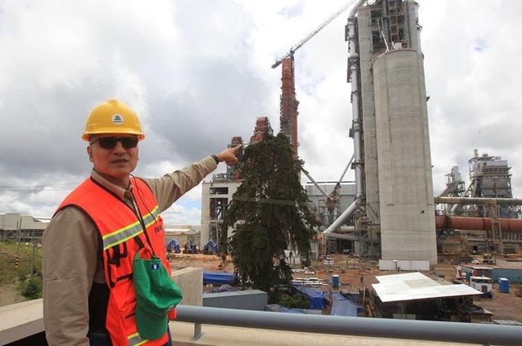 José Raúl González, gerente general de Cementos Progreso muestra el lugar donde se halla la fábrica, la cual comenzará a funcionar en el 2018. (Foto Prensa Libre: Estuardo Paredes)