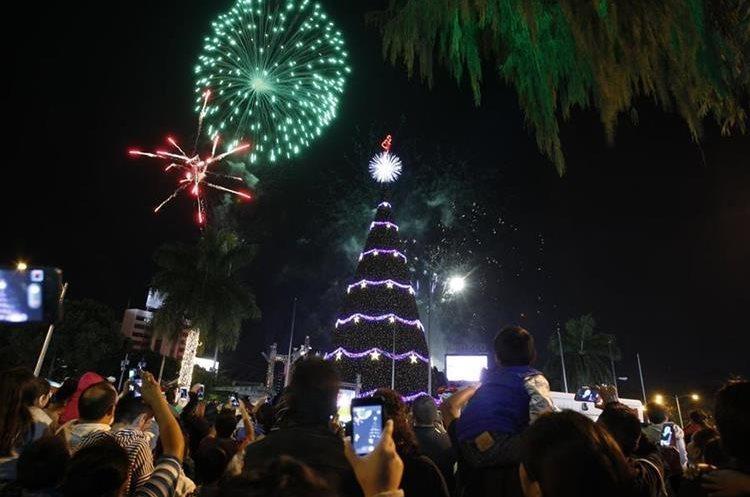 Miles de familias se concentran en la Plaza El Obelisco y para llegar a ese lugar caminan grandes distancias, por la carencia de parqueos. (Foto Prensa Libre: Hemeroteca PL)