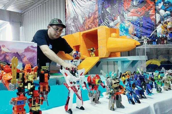 Rigoberto Oliverio, del Club de Coleccionistas Transformers Guatemala, acomoda diversas figuras a escala, de estos conocidos héroes de la televisión. Foto Prensa Libre: Edwin Castro