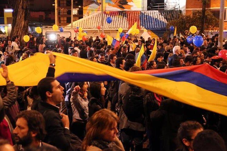 Colombianos festejan las negociaciones alcanzadas en La Habana, Cuba, el miércoles. (Foto Prensa Libre: EFE).
