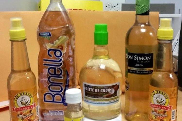 Botellas de vinagre fueron utilizadas para transportar cocaína. (Foto Prensa Libre: AP)