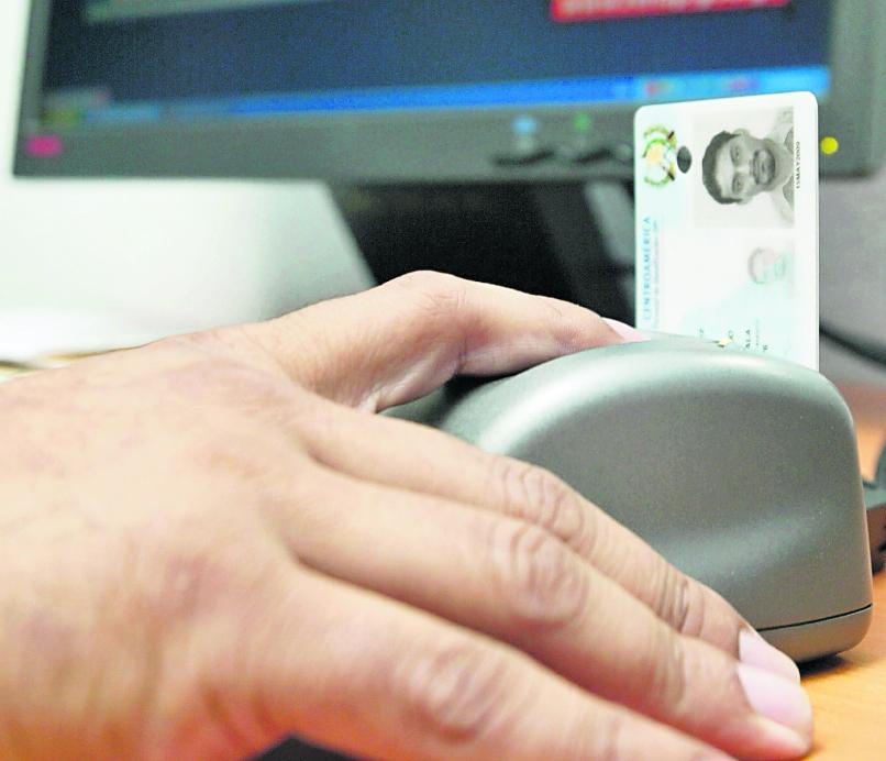 Miles de guatemaltecos llevan cuatro meses sin obtener su DPI. (Foto Prensa Libre: Hemeroteca PL)
