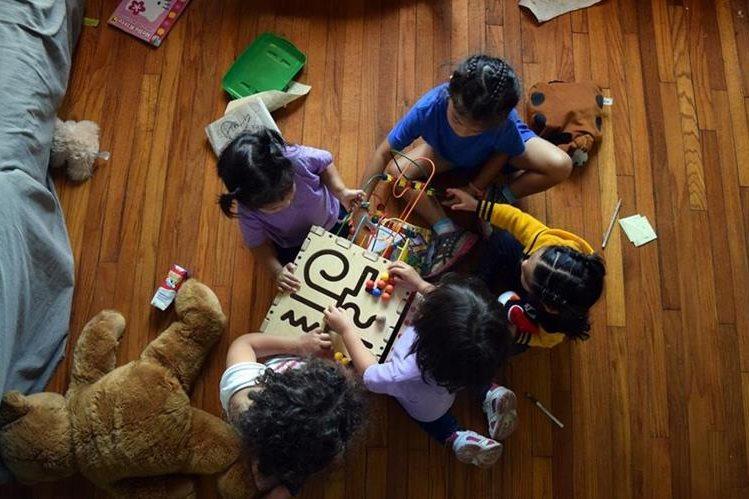<em>Niñas, entre ellas Alison, la hija de Sonia López (camiseta violeta), juegan en el albergue La Casa de San Antonio. (Foto Prensa Libre: EFE).</em>