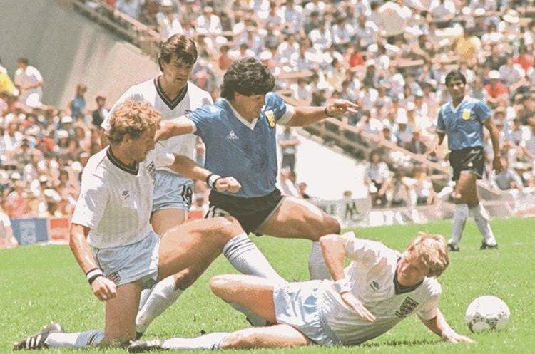 Maradona supera a los defensa inglesa en el duelo de cuartos de final del Mundial de México en 1986. (Foto Prensa Libre: Hemeroteca PL)