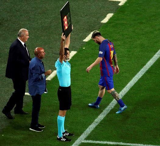 El astro argentino, Lionel Messi debió salir del partido contra el Atlético, por una lesión. (Foto Prensa Libre: EFE)