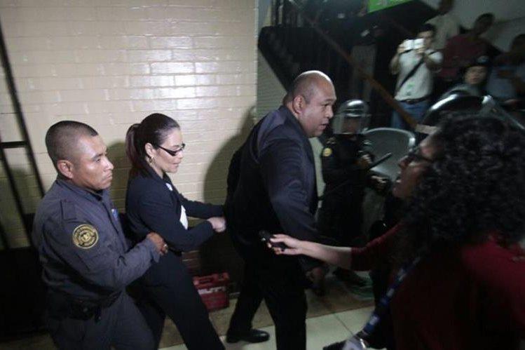 Roxana Baldetti conocerá este día si el juez Miguel Ángel Gálvez la deja detenida o la beneficia con una medida sustitutiva o arresto domiciliar. (Foto Prensa Libre: E. Ávila)