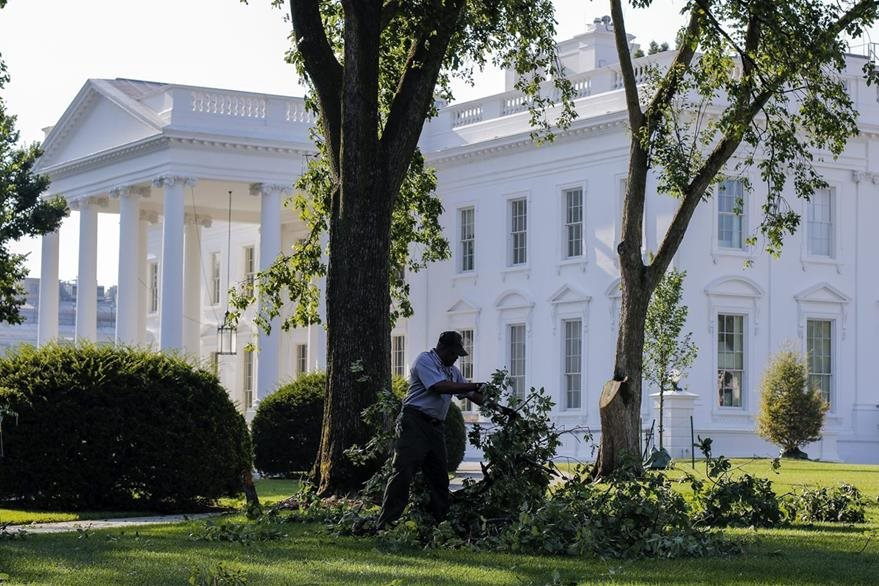 Vista exteriro de la Casa Blanca, uno de los edificios más emblemáticos de EE. UU., donde habita el presidente y su familia. (Foto Prensa Libre: EFE).