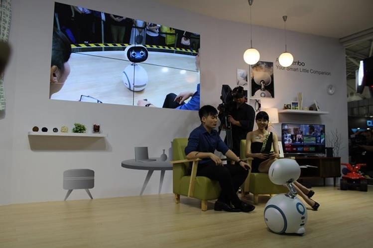 Asus presentó este miércoles a Zenbo, su llamativo robot asistente. (Foto Prensa Libre: Cristian Dávila).