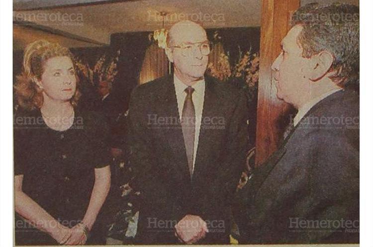 El vicepresidente, Luis Flores Asturias (centro) expresa condolencias a la familia de doña Tere de Zarco. (Foto: Hemeroteca PL)