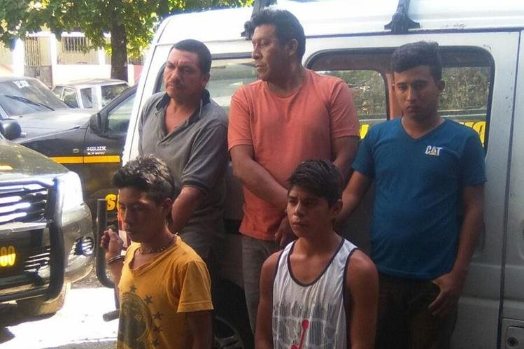 Los seis aprehendidos son sindicados de robar a pasajeros de un microbús en Mazatenango. (Foto Prensa Libre: Omar Méndez)