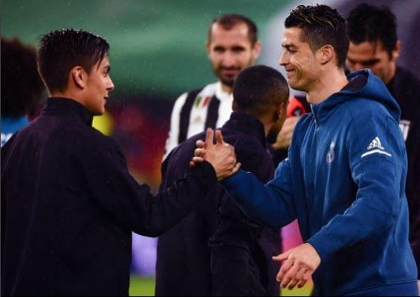 Dybala y Cristiano Ronaldo, durante su enfrentamiento en la Champions League. (Foto Prensa Libre: Twitter @paulodybala)