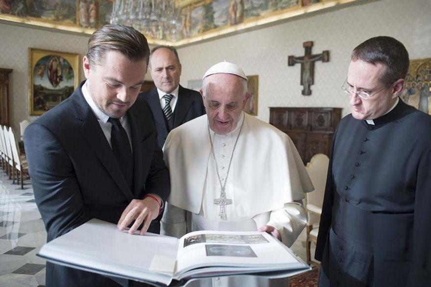 Leonardo DiCaprio asistió al vaticano y conversó con el papa Francisco durante una audiencia en el Vaticano. (Foto Prensa Libre: AFP)