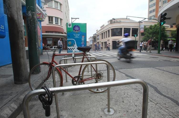 Usuarios se quejan de que espacio para estacionamiento en la 11 calle y 6a. avenida, zona 1, es inseguro. (Foto Prensa Libre: Esbin García)