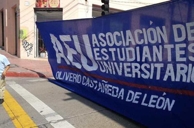 Las mantas sobre la 9na. avenida fueron colocadas por la Asociación de Estudiantes Universitarios, AEU, de la Universidad de San Carlos.