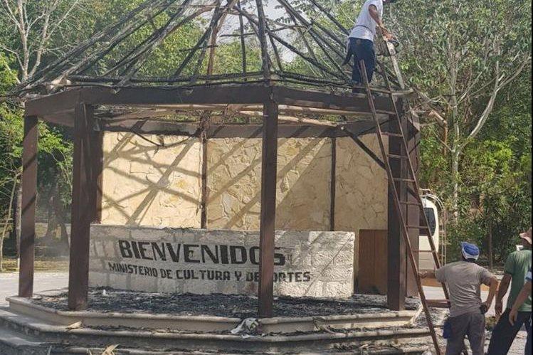 Personal del parque remueve los escombros que dejó el incendio. (Foto Prensa Libre: Rigoberto Escobar)