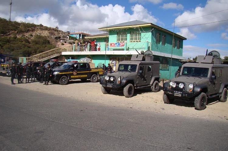 Autoridades en el ingreso de Tajumulco. (Foto Prensa Libre: Whitmer Barrera)