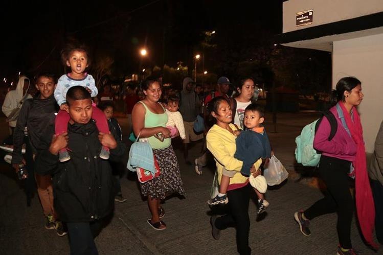 Un grupo de madres centroamericanas llegan a la frontera sur de EE. UU. donde son registradas. (Foto Prensa Libre: Hemeroteca PL)