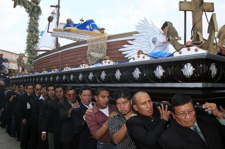 Llevar en hombros cortejos procesionales es una forma de penitencia en la Cuaresma. (Foto: Hemeroteca PL)