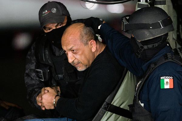 """Policías federales escoltan a Servando """"La Tuta"""" Gomez,""""líder de los Caballeros Templarios en México."""