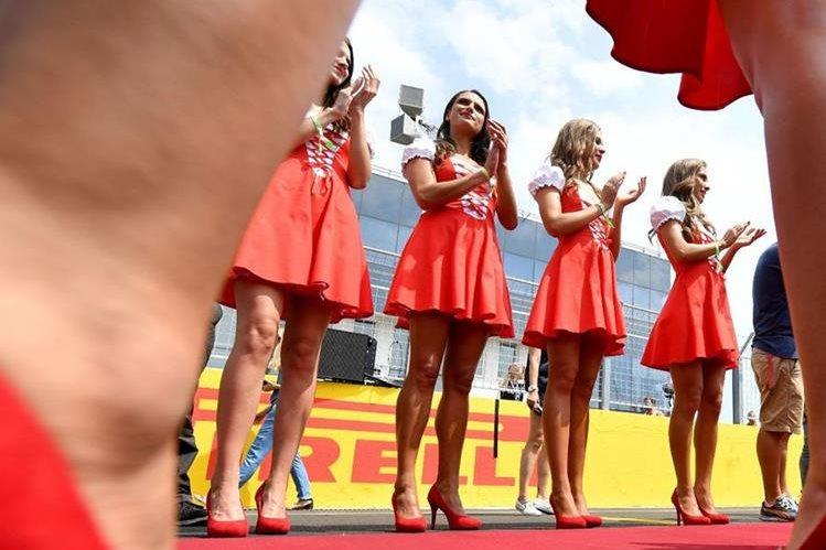 Las modelos en los circuitos de la F1 son historia, ahora serán niños lo que acompañen a los pilotos. (Foto Prensa Libre: AFP).