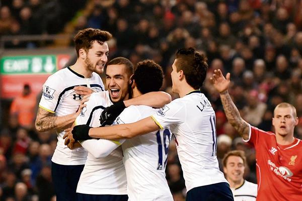 Los jugadores del Tottenham durante un partido de la Liga Premier ante el Liverpool. (Foto Prensa Libre: AFP)