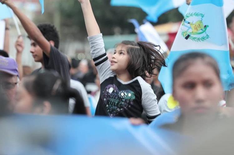 Niños y adultos ondean banderas en la plaza central. (Foto Prensa Libre: Juan Diego González)