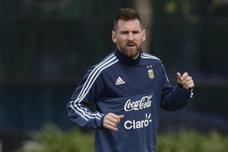 Lionel Messi junto a sus compañeros de la Selección de Argentina. (Foto Prensa Libre: AP)