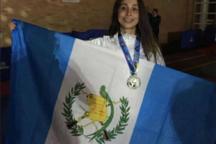 Lucia Abadia posa con la bandera de Guatemala y con la medalla de plata del Open de Colombia. (Foto COG).