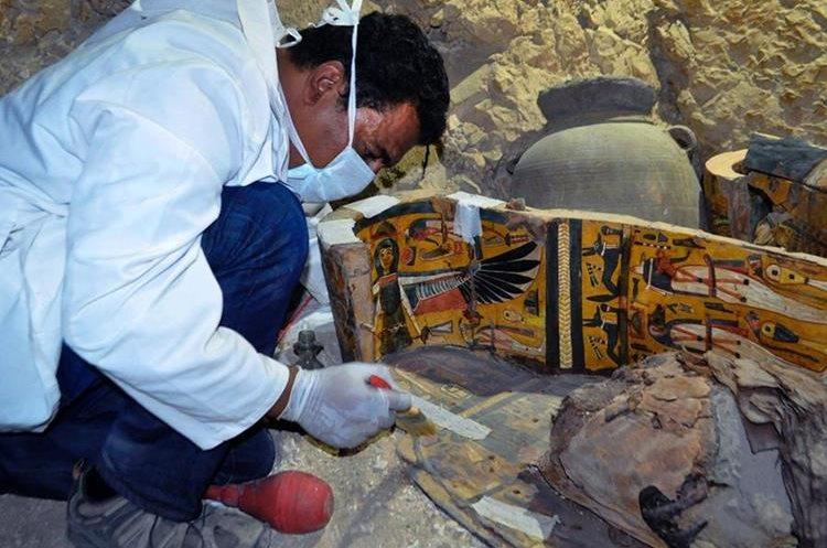Arqueólogo trabaja en cobre de madera de unos 3 mil 500 años de antigüedad. (Foto Prensa Libre: AFP)
