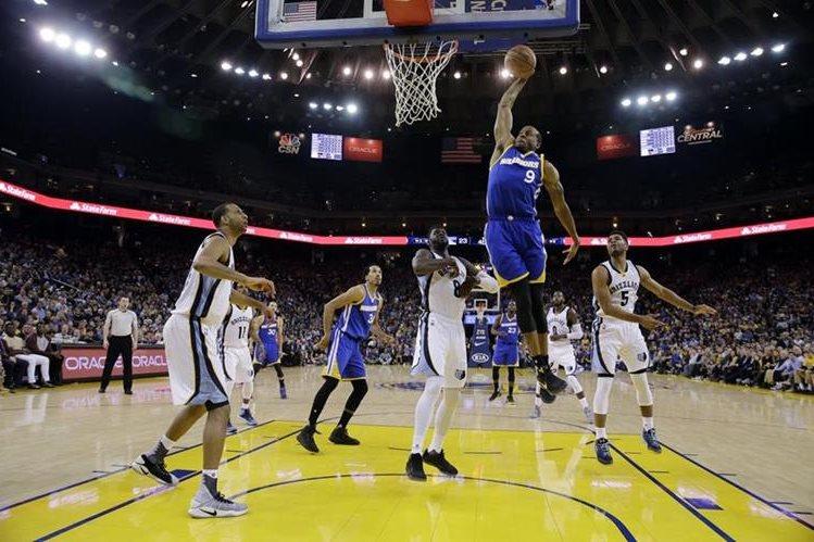 Andre Iguodala salta y encesta para los Warriors frente a los Grizzlies. (Foto Prensa Libre: AP)