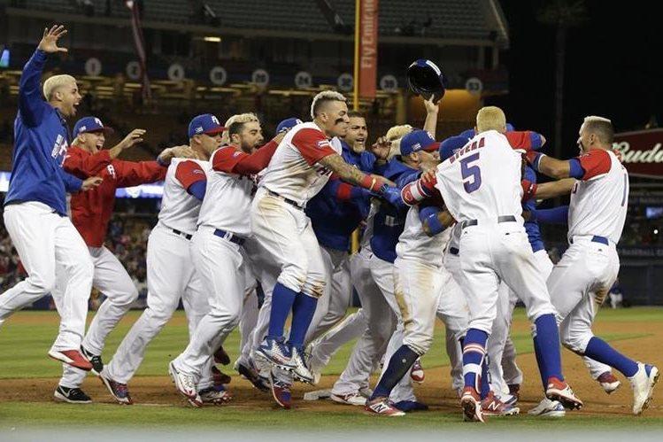 Jugadores de la selección de Puerto Rico festejan luego de conseguir el pase a las semifinales del Clásico Mundial. (Foto Prensa Libre: AFP)