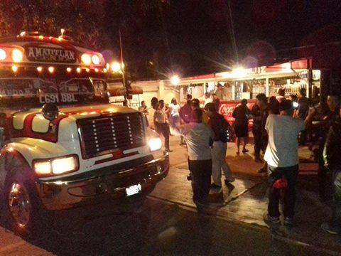 Cinco heridos deja ataque contra un bus en Amatitlán en 3a. avenida y 0 calle de ese municipio. (Foto Prensa Libre: @PampichiNews)