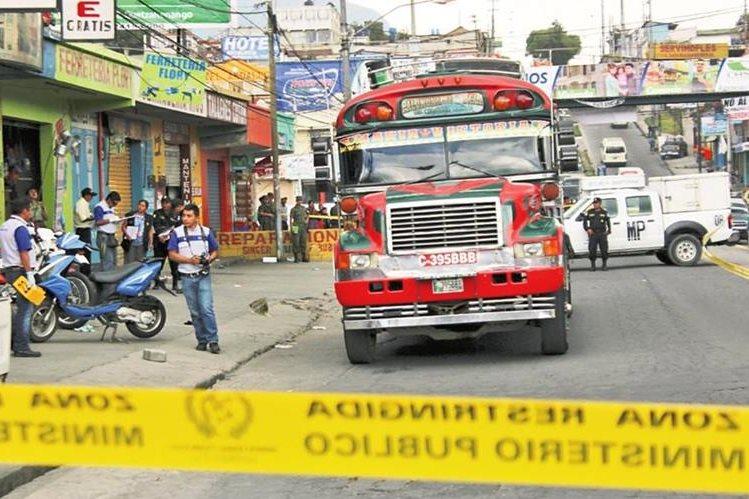 Las pandillas en el área metropolitana extorsionan a pilotos del transporte público, tiendas de barrio y comercios. (Foto Prensa Libre: Hemeroteca PL)