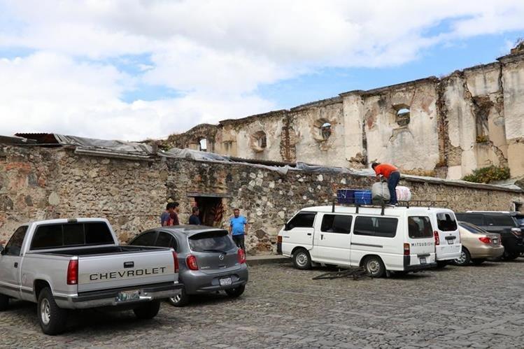 Los cuidadores de carros serán retirados de las calles de Antigua Guatemala. (Foto Prensa Libre: Julio Sicán)