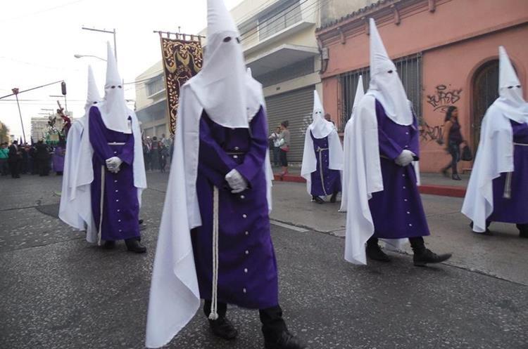 Penitentes o Nazarenos del Templo de San Francisco, llevan capirote cónico en color blanco. (Foto: Hemeroteca PL)
