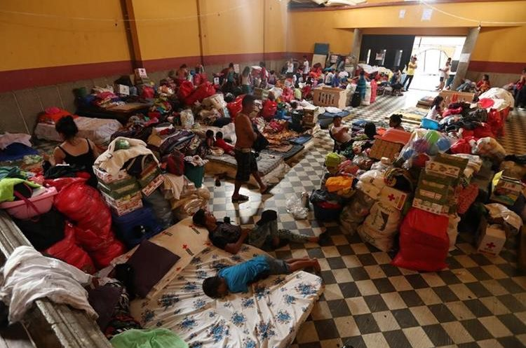 Las familias se encontraban en varios albergues en escuelas e institutos de Escuintla.